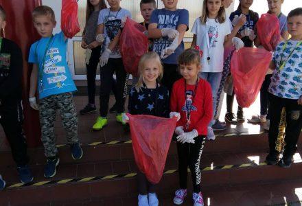 """""""Sprzątanie świata """"przez uczniów klas I-III."""